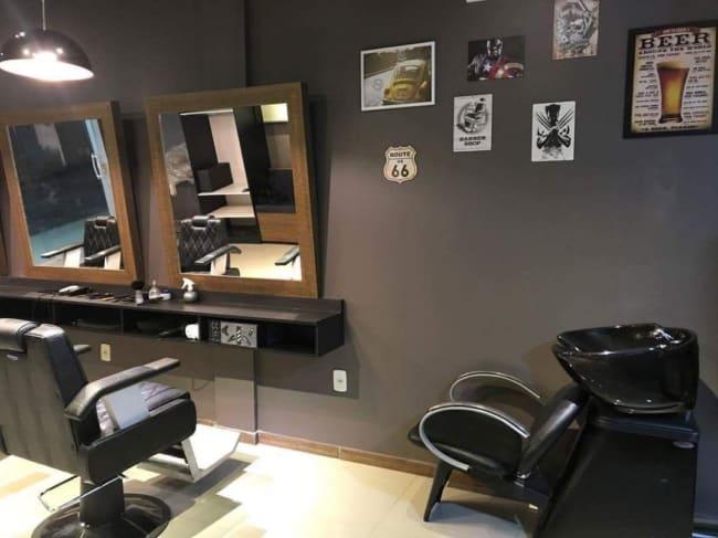 barbearia simples com parede decorada com quadros