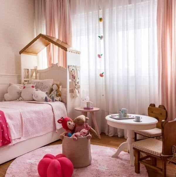 quarto infantil com cortina rosa bebê e branca