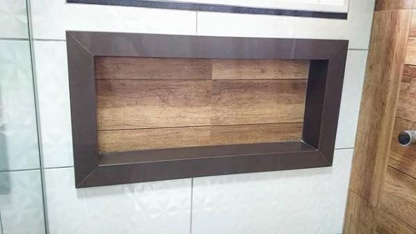 nicho embutido no banheiro com granito marrom absoluto
