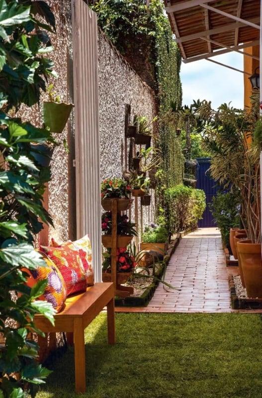 quintal decorado com muro chapiscado