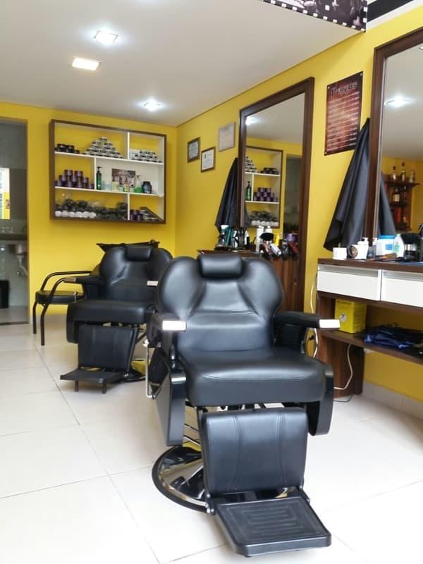 barbearia com parede amarela