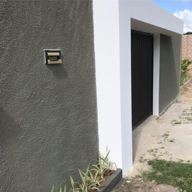 fachada de casa simples com muro de chapisco