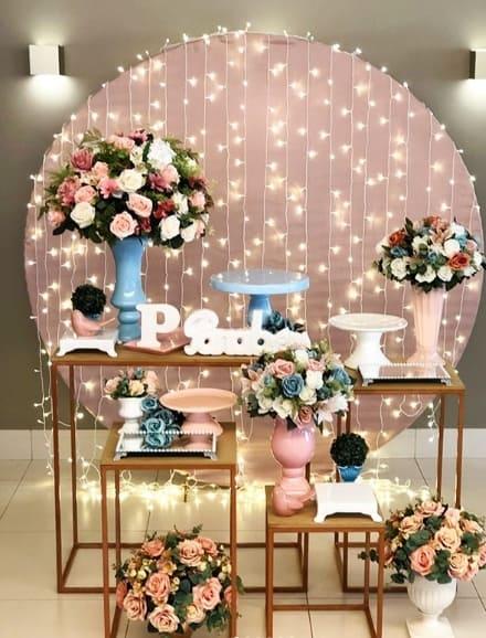 festa azul e rosa com cortina de led de fundo