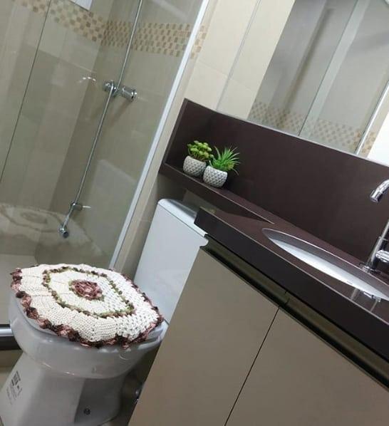 banheiro pequeno com bancada de granito marrom absoluto