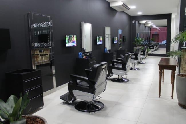 barbearia tradicional decorada com parede preta