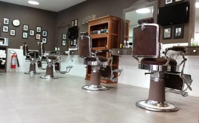 barbearia decorada com parede marrom