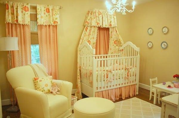 quarto infantil com cortina rosa delicada