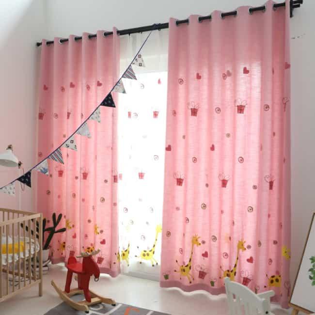 decoração de quarto infantil com cortina rosa estampada