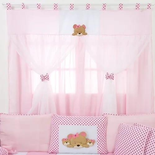 quarto de bebê com cortina rosa de ursinho