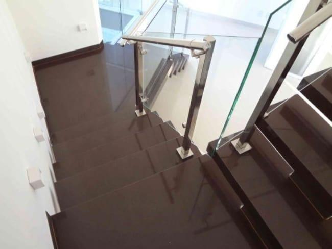 escada moderna em granito marrom absoluto