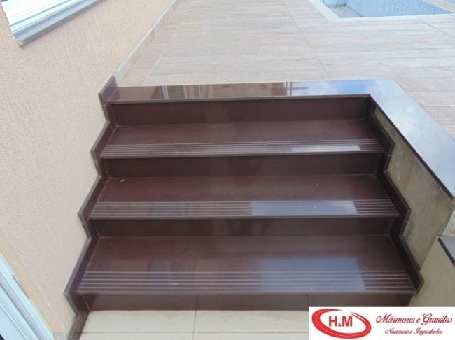 escada externa em granito marrom