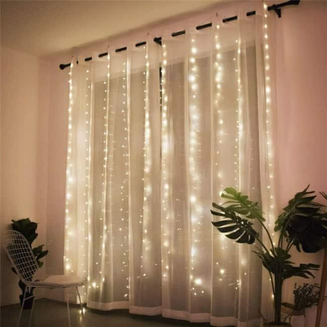 cortina branca com luzes de led na sala