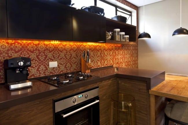 cozinha com armários em madeira e bancada de granito marrom