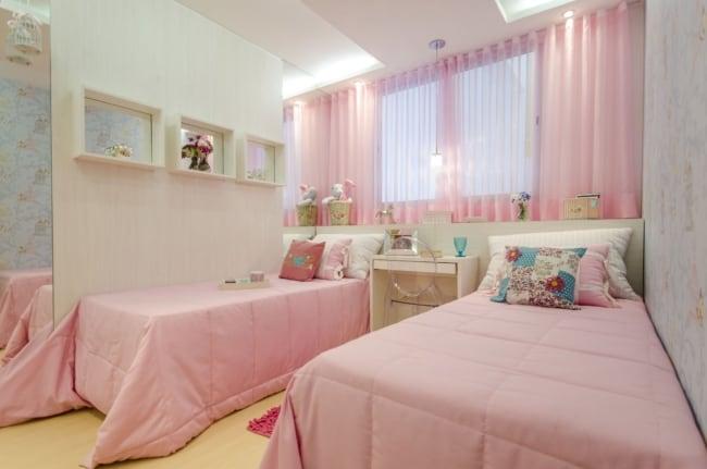 quarto de solteiro com cortina rosa bebê de voal