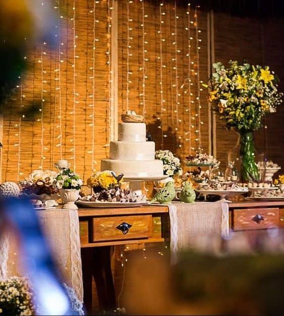 festa rústica decorada com cordão de luzinhas de led