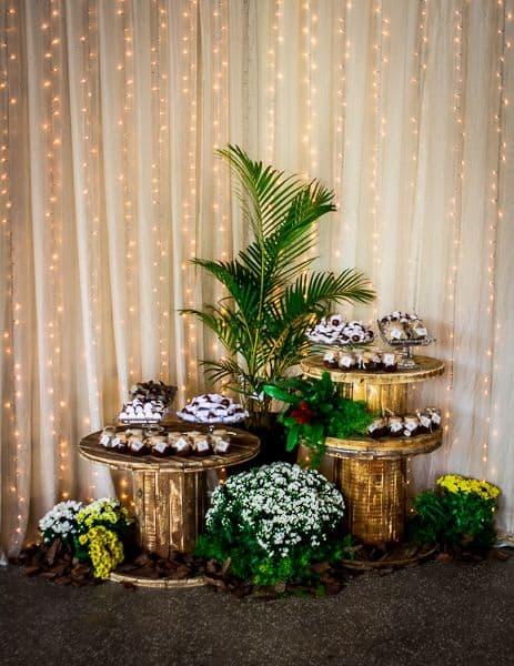 decoração de festa rústica com cortina de led e cortina de tecido
