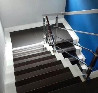 escada branca e marrom com granito