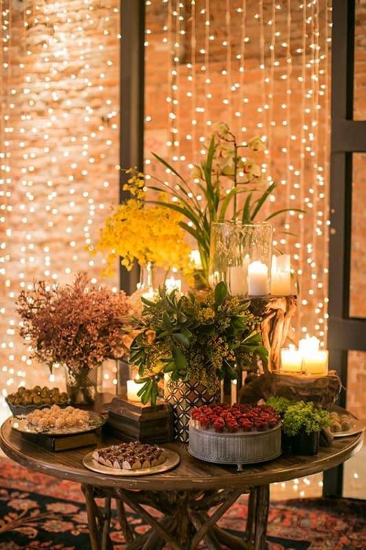 decoração rústica de festa com cortina de luzinhas