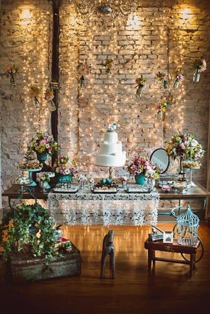 festa com decoração simples e parede com cortina de led