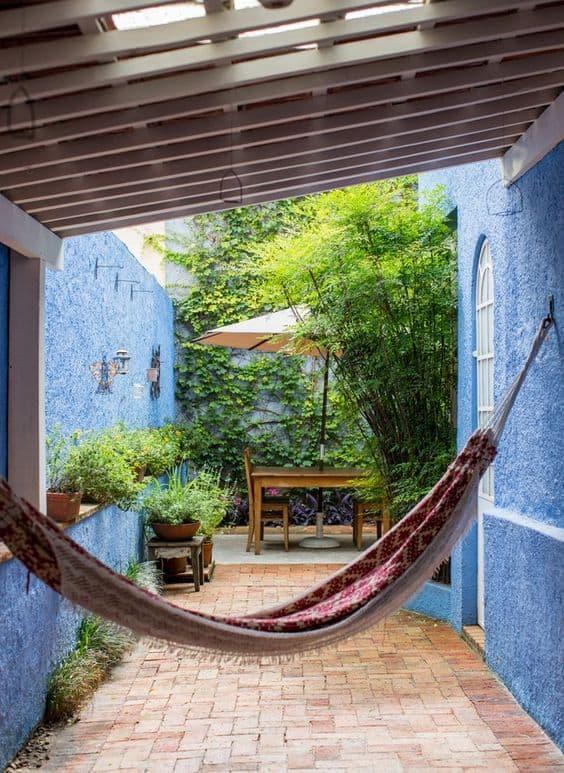 casa com muro chapiscado pintado de azul