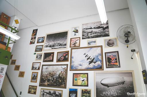 parede de quadros para decoração de barbearia