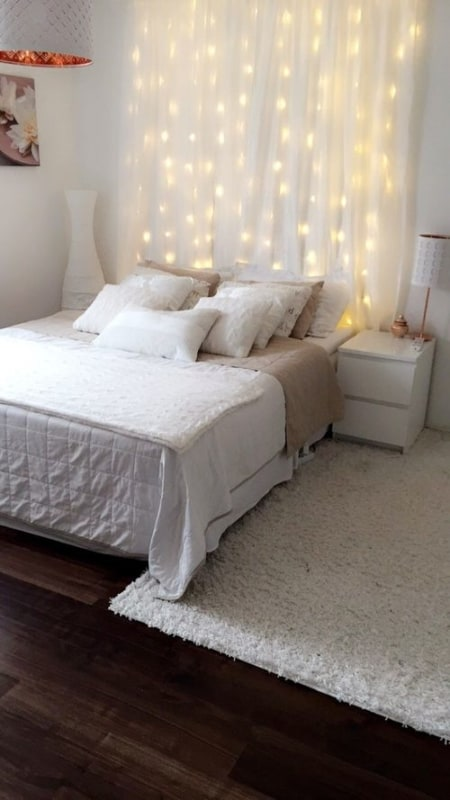 quarto com cortina de tecido branca e luzinhas
