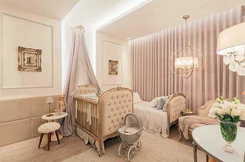 quarto de bebê com cortina rosa