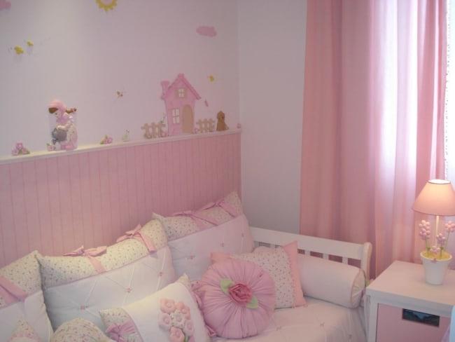 decoração de quarto infantil com cortina rosa bebê
