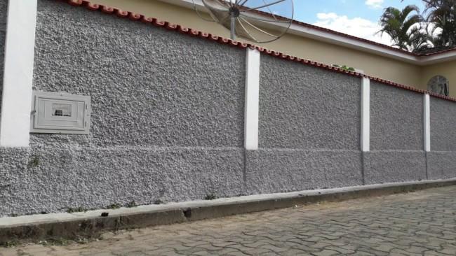 fachada com muro simples chapiscado com cimento