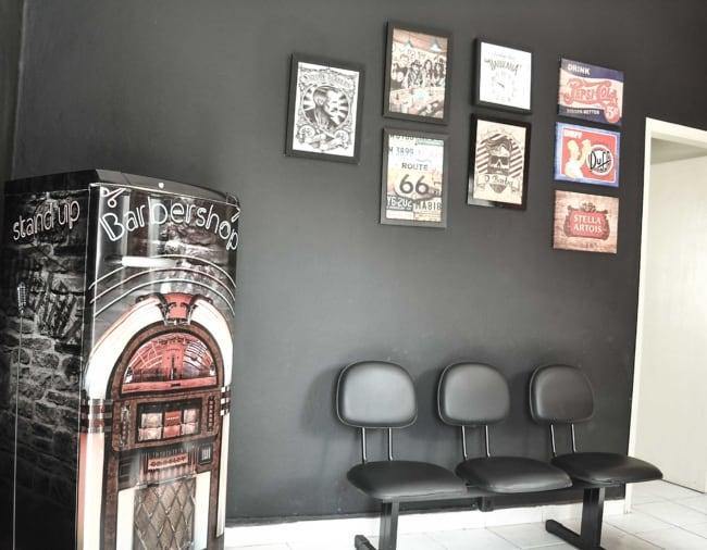 parede de quadros decorando barbearia