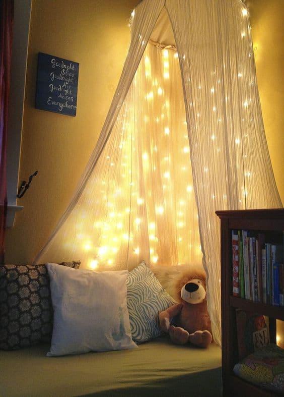 quarto infantil decorado com luzinhas de natal