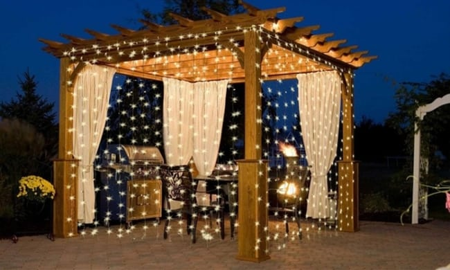 pergolado de madeira decorado com cortina de luzinhas de led