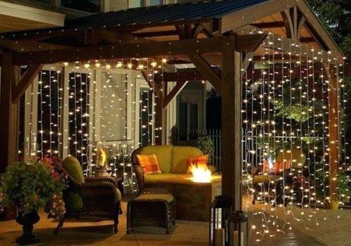 varanda decorada com cortina de luzinhas