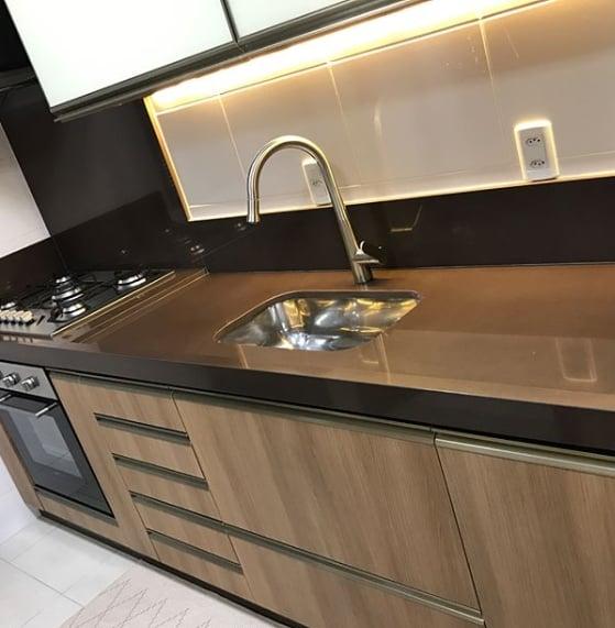 cozinha pequena com bancada marrom de granito