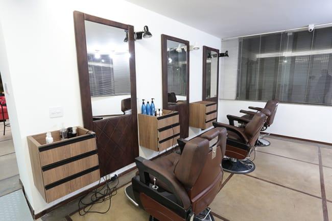 barbearia tradicional com cadeiras de couro marrom