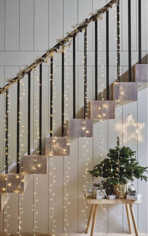 escada decorada com cortina de luzinhas