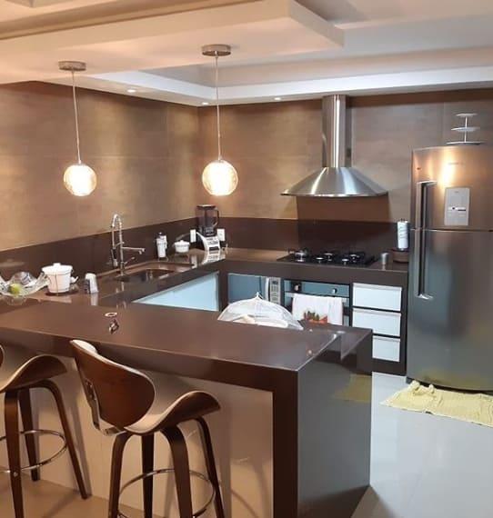 cozinha com balcão em granito marrom absoluto