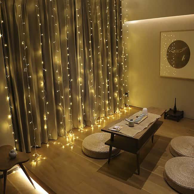 luzinhas de natal sobre cortina de tecido