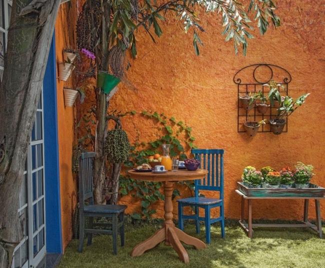 quintal com muro chapiscado e pintado de laranja