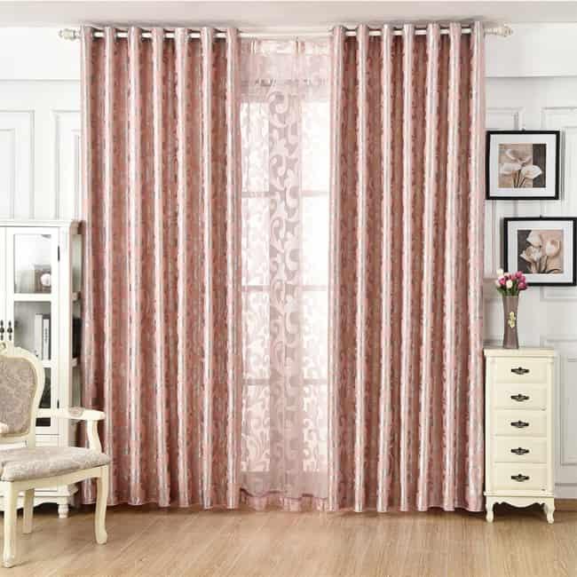 sala com cortina rosé gold até o chão