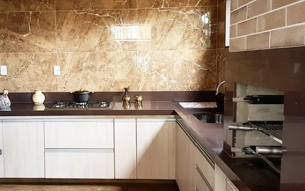 cozinha moderna com bancada de granito marrom