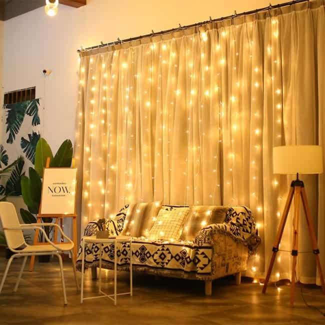sala com cortina de tecido e luzinhas de led
