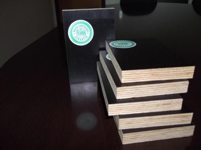 Placas detalhadas de madeirites plastificados