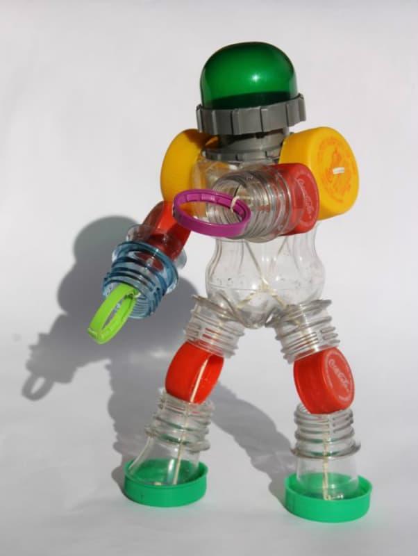Robô feito com garrafa PET