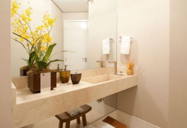 mini orquídeas amarelas no banheiro