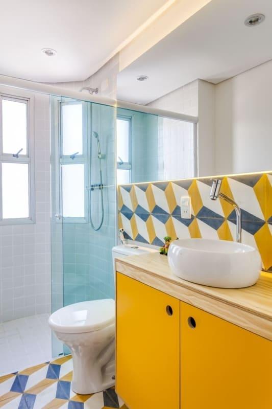 banheiro colorido com bancada de compensado