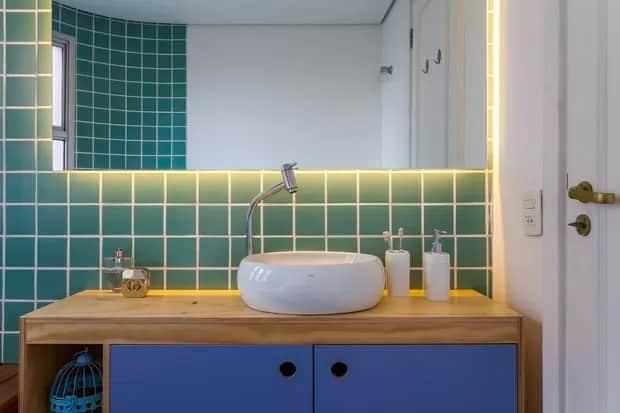 banheiro com bancada de compensado naval e cuba de apoio