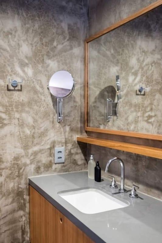 banheiro moderno com armário de compensado naval