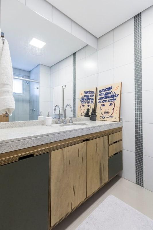 banheiro com bancada de granito e armário em compensado naval