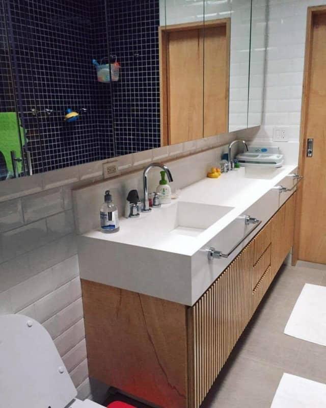 banheiro com gabinete para bancada dupla em compensado naval